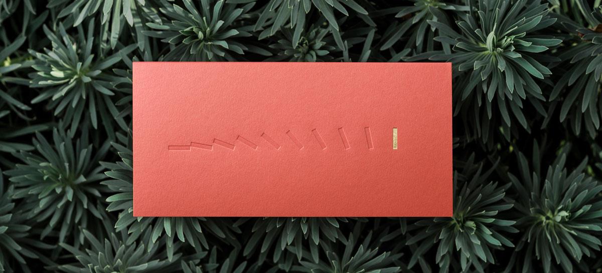 Photo de la Carte de voeux modèle Hope en gravure Or sur la couleur Flamingo de la collection intaglio 2021