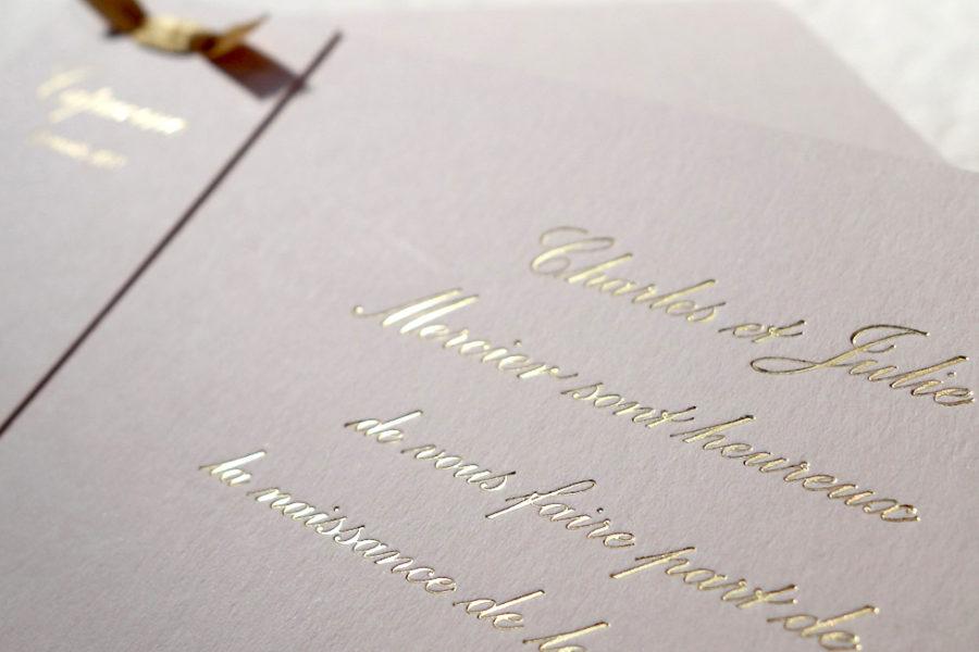 Faire-Part de Naissance Haute-couture avec la typographie Anglaise gravé en or sur papier biscuit imprimé par Intaglio