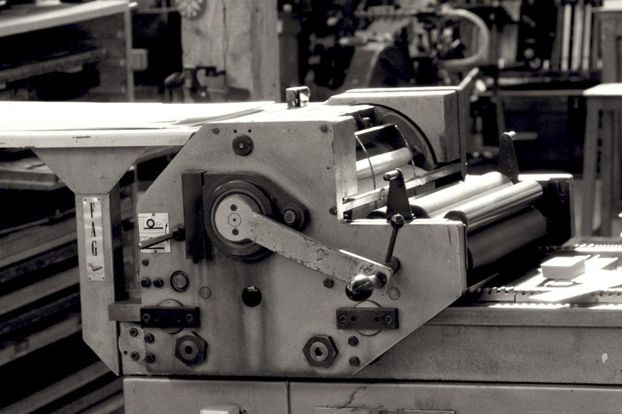 Photo N&B d'une presse à épreuve Fag dans l'Atelier Intaglio