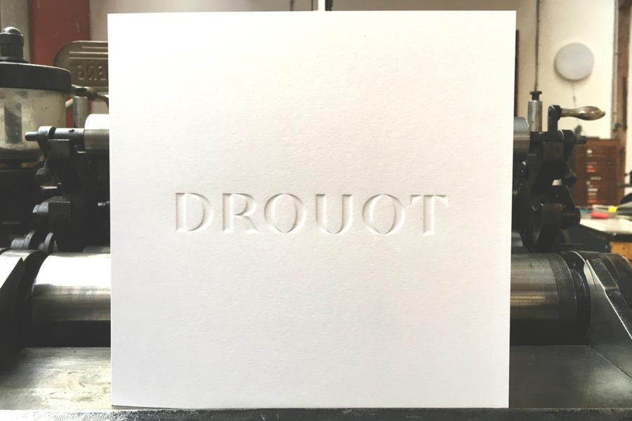 Cette photo représente une carte de voeux 2018 gaufrée en creux sur papier blanc naturel 350 grs