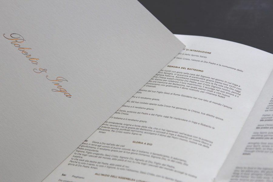 Livret de messe avec les prénoms des mariés en gravure bronze sur couverture en papier blanc naturel par l'imprimerie Intaglio