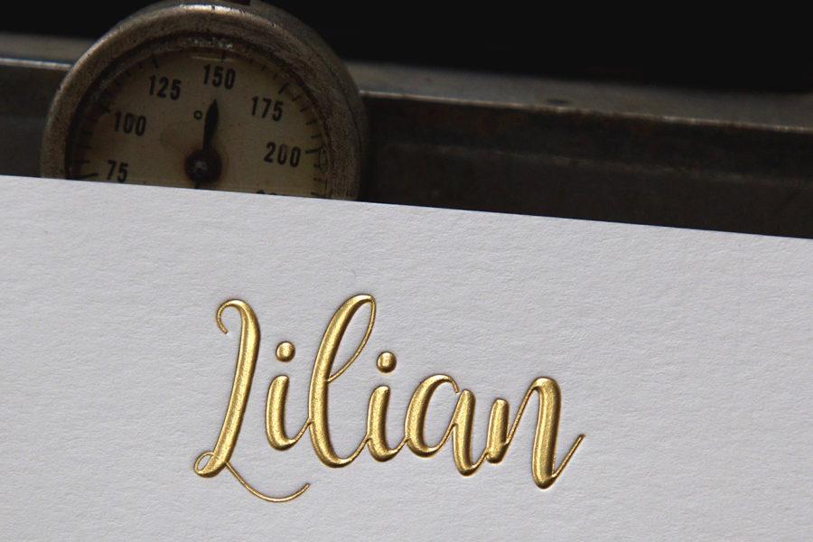Cette photo représente la gravure or gaufrante d'un faire-part de mariage