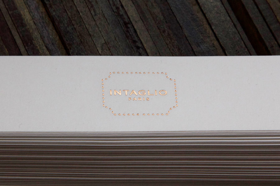 la photo représente le logo Intaglio sur un bandeau de papier pour le packaging des carterie de la boutique
