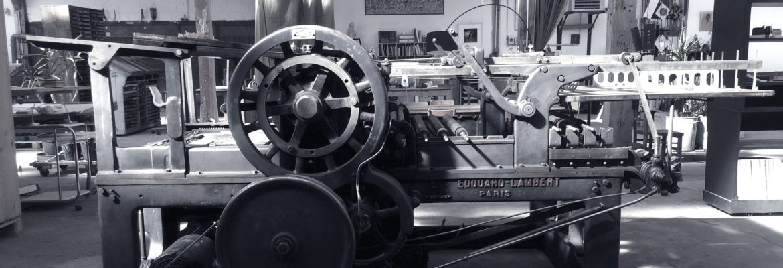 Photo N&B d'une presse Edouard Lambert dans l'Atelier Intaglio