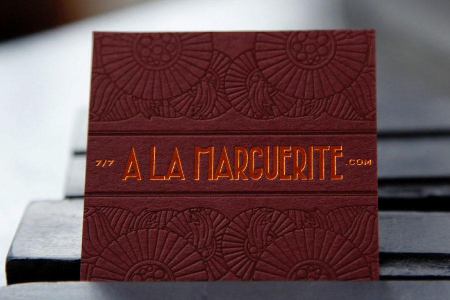 Carte de visite carrée de couleur bourgogne logo au recto gravée en dorure cuivre et en estampage pour le restaurant La Marguerite par l'imprimerie Intaglio Paris