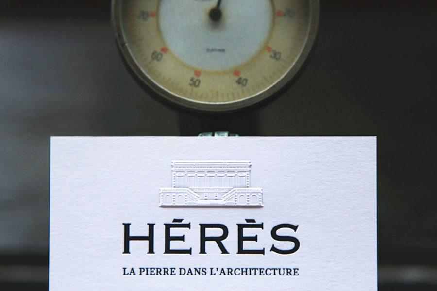 Carte de visite blanche en coton imprimée au recto avec logo en gaufrage et en dorure noire pour Hérès Architecture par imprimerie Intaglio