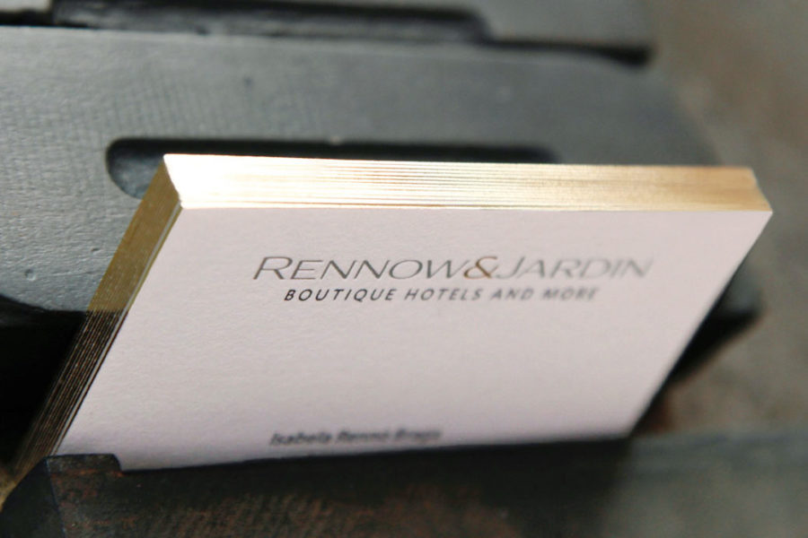 carte visite blanche coton avec tranche en dorure or et impression en letterpress noir et logo Or pour Rennow&Jardin par imprimerie Intaglio Paris