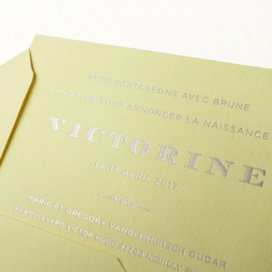 Faire-part de naissance collection Altesse en dorure argent sur carte de couleur jaune Citron par Intaglio-Paris