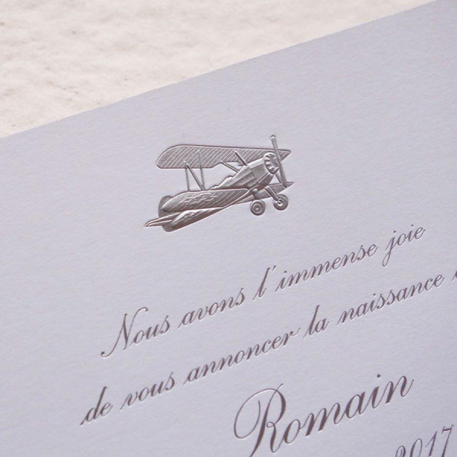 Faire-part de naissance collection Médaillon Avion en dorure argent sur carte de couleur Blanche par Intaglio-Paris
