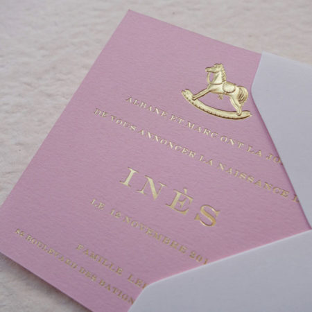 Faire-part de naissance collection médaillon cheval à bascul en dorure or sur carte de couleur rose candy par Intaglio-Paris