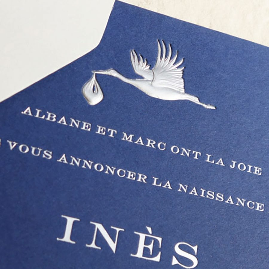 Faire-part de naissance collection Médaillon Cigogne en dorure argent sur carte de couleur Bleu de Sèvres par Intaglio-Paris