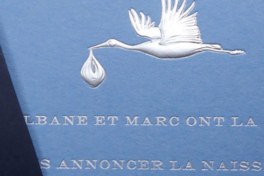 Faire-part de naissance collection Médaillon Cigogne en dorure argent sur carte de couleur Azur par Intaglio-Paris