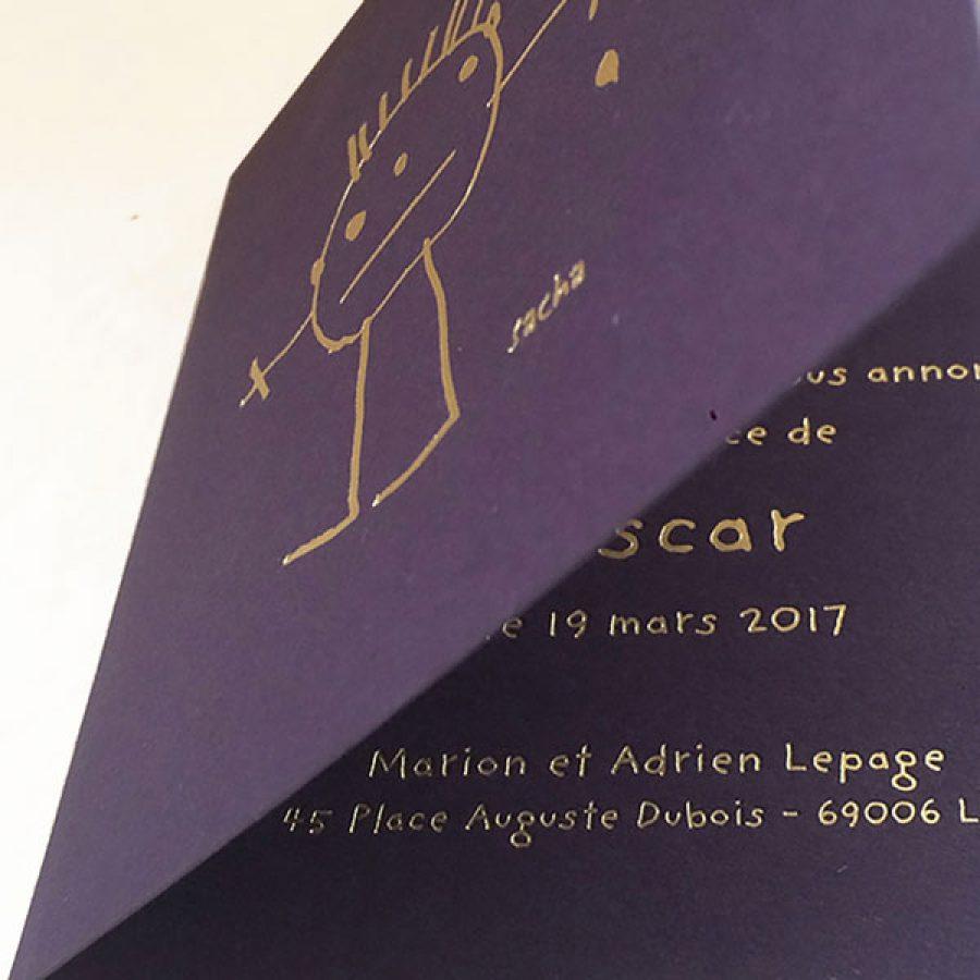 Faire-part de naissance collection Crayon en dorure or sur carte de couleur Aubergine par Intaglio-Paris