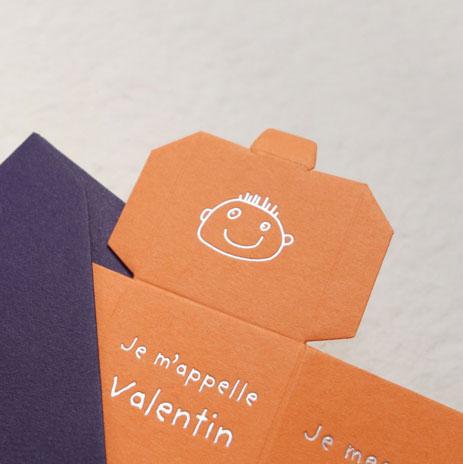 Faire-part de naissance Cube avec la bouille de Cosimo en gravure argent sur une carte couleur mandarine