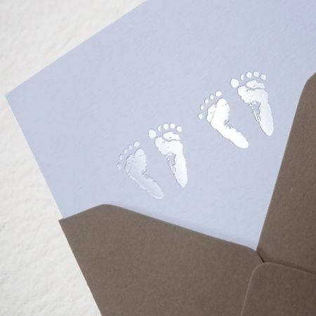 Faire-part de naissance collection Empreintes pour jumeaux en dorure argent sur carte de couleur Blanche par Intaglio-Paris