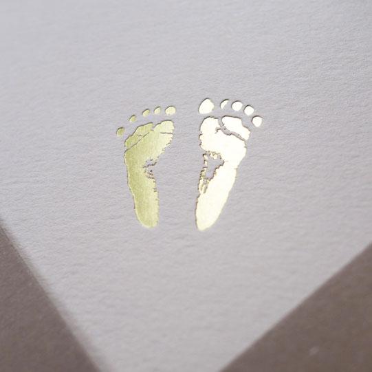 Faire-part de naissance collection Empreintes en dorure or sur carte de couleur Biscuit par Intaglio-Paris
