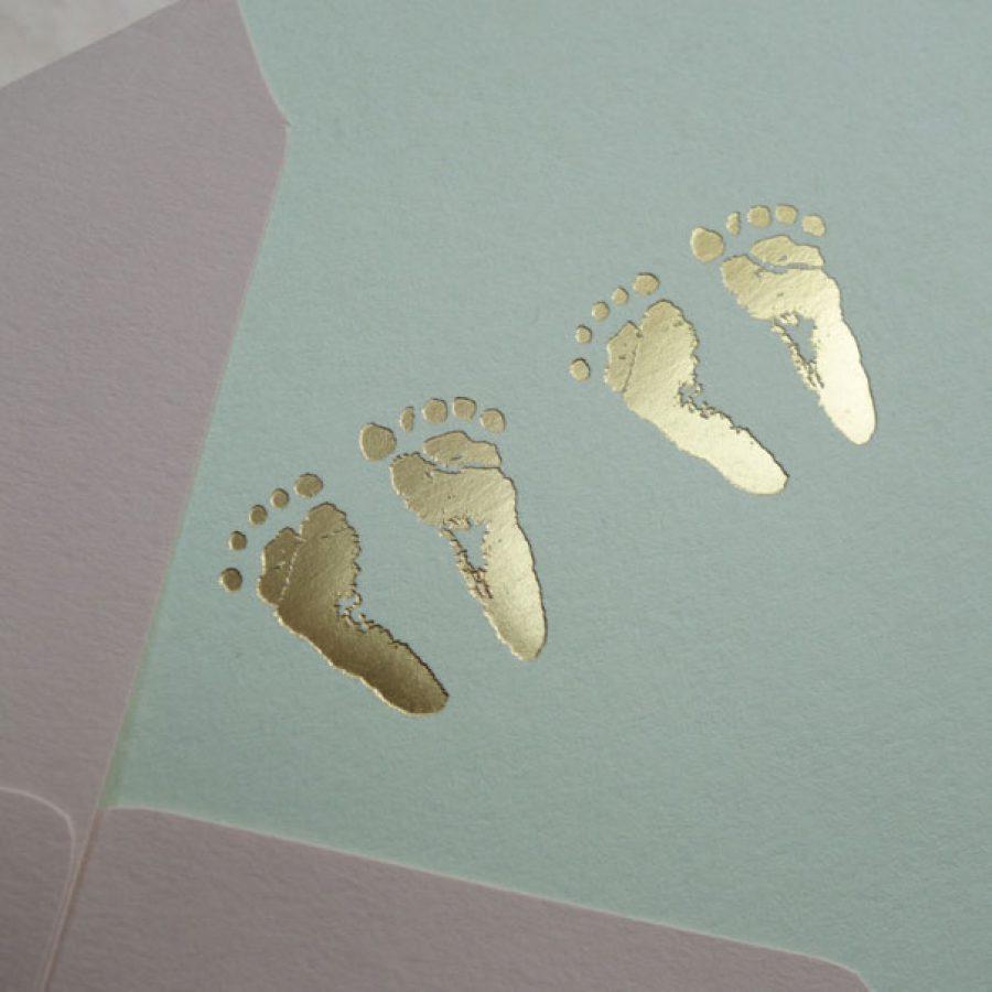 Faire-part de naissance collection Empreintes pour jumeaux en dorure or sur carte de couleur Pistachio par Intaglio-Paris