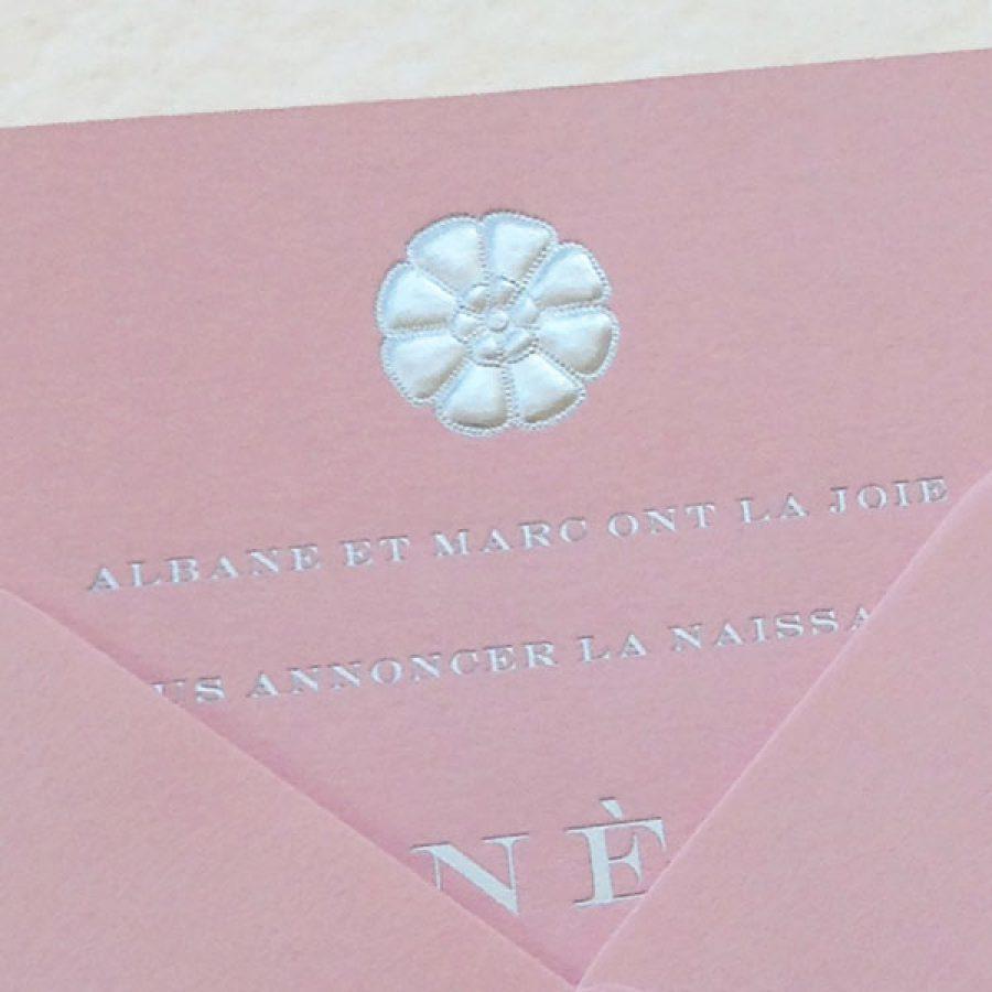 Faire-part de naissance collection Médaillon Fleur en dorure argent sur carte de couleur Candy par Intaglio-Paris
