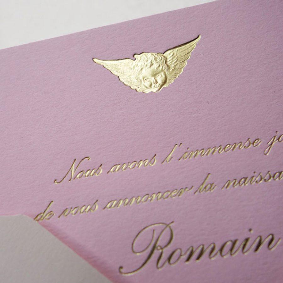 Faire-part de naissance collection médaillon Ange en gravure or sur carte de couleur rose candy par Intaglio Paris