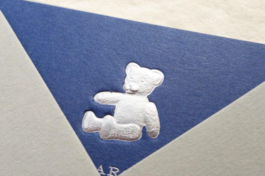 Faire-part de naissance collection Médaillon Ourson en dorure argent sur carte de couleur Bleu de Sèvres par Intaglio-Paris