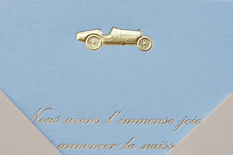 Faire-part de naissance collection Médaillon Voiture en dorure or sur carte de couleur Azur par Intaglio-Paris