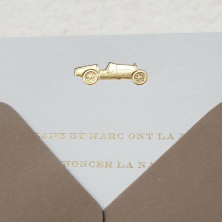 Faire-part de naissance collection médaillon voiture en dorure or sur carte de couleur Blanche par Intaglio-Paris