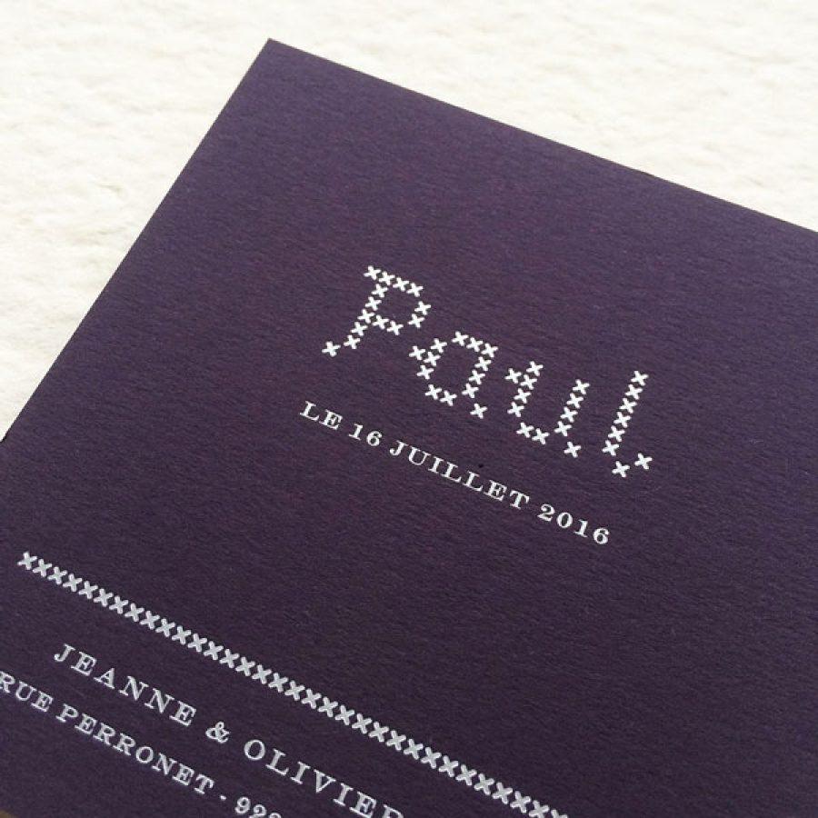 Faire-part de naissance collection Point de Croix en dorure argent sur carte de couleur Aubergine par Intaglio-Paris