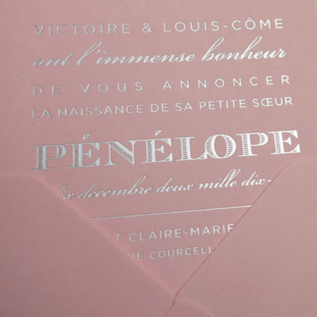 Faire-part de naissance collection West Coast en dorure argent sur carte de couleur rose Candy par Intaglio-Paris