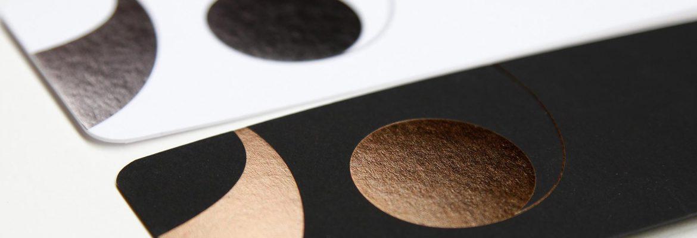 Photo cartes de voeux blanche et noire à coins ronds imprimées en dorure cuivre et acier avec la typo Belle par imprimerie Intaglio Paris