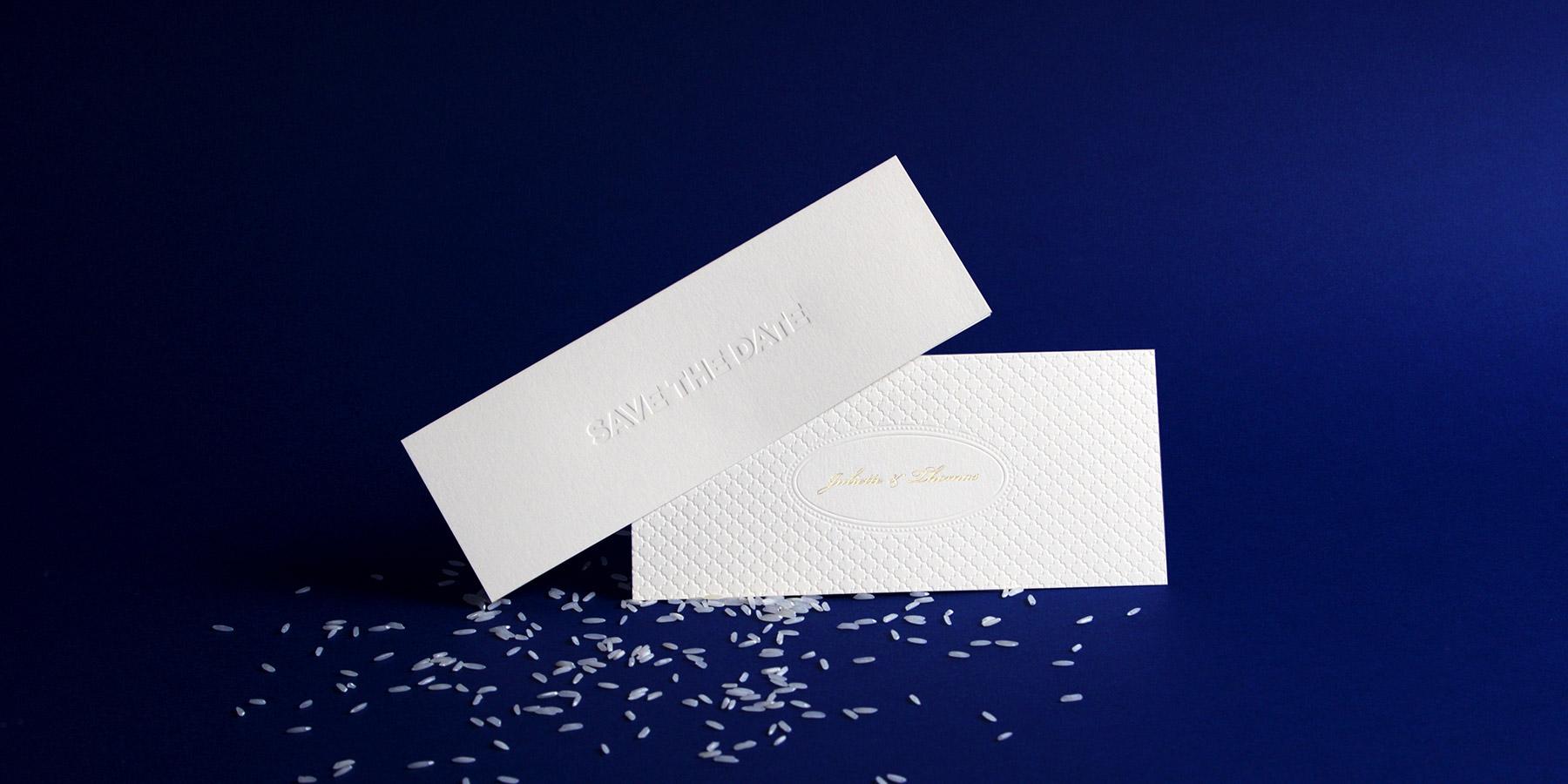 la photo représente un Save the date et un faire-part de mariage en estampage et gravure or